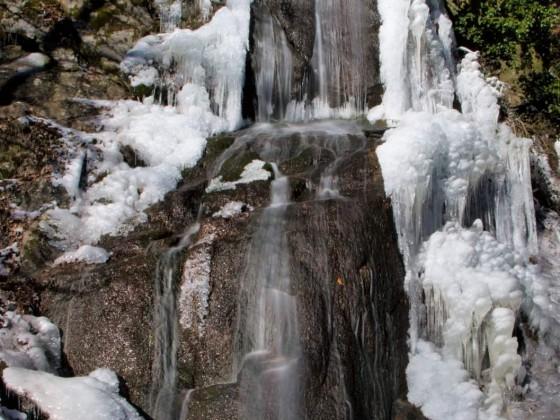 Winterlicher Fallenbach-Wasserfall im Odenwald
