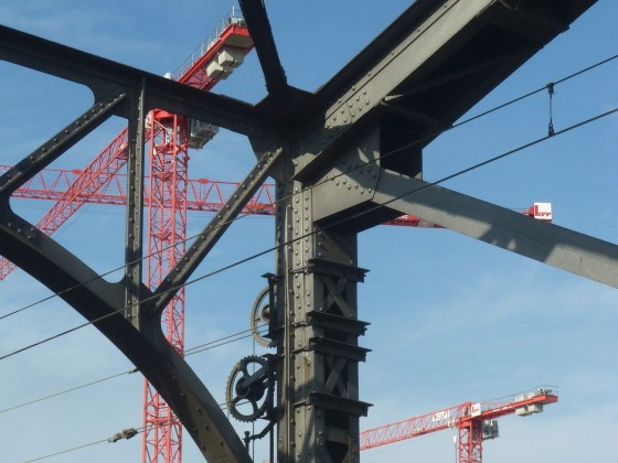 Eisenbahnbruecke und Kräne in der Nähe der Weseler Werft in Frankfurt